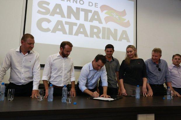 Em Dionísio Cerqueira, governador assina atos para aumentar fluxo de cargas na fronteira