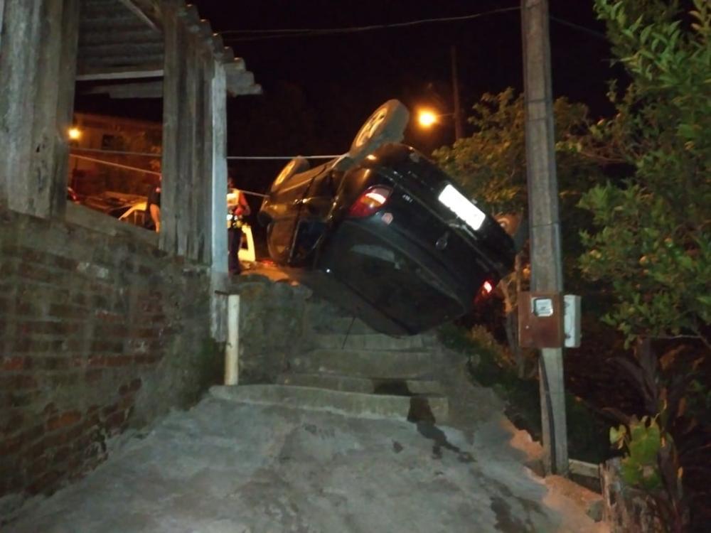 Carro sai de pista e vai parar em escadaria de residência em Itapiranga