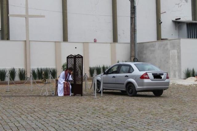 Padre faz confissão de fiéis em