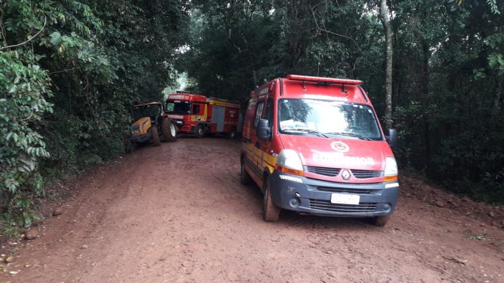 Bombeiros tem veículos atolados no interior de Cunha Porã