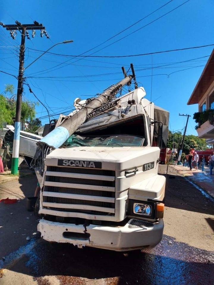 Carreta desgovernada causa estragos no Centro de Iporã do Oeste