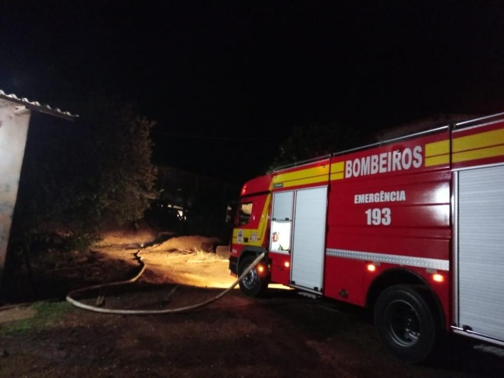 Incêndio de grandes proporções atinge madeireira em Palma Sola