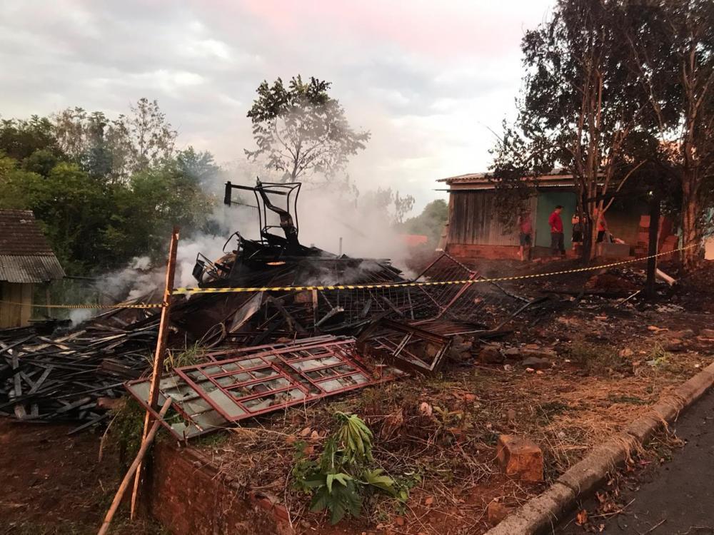 Imóvel é destruído por incêndio no Centro de Romelândia