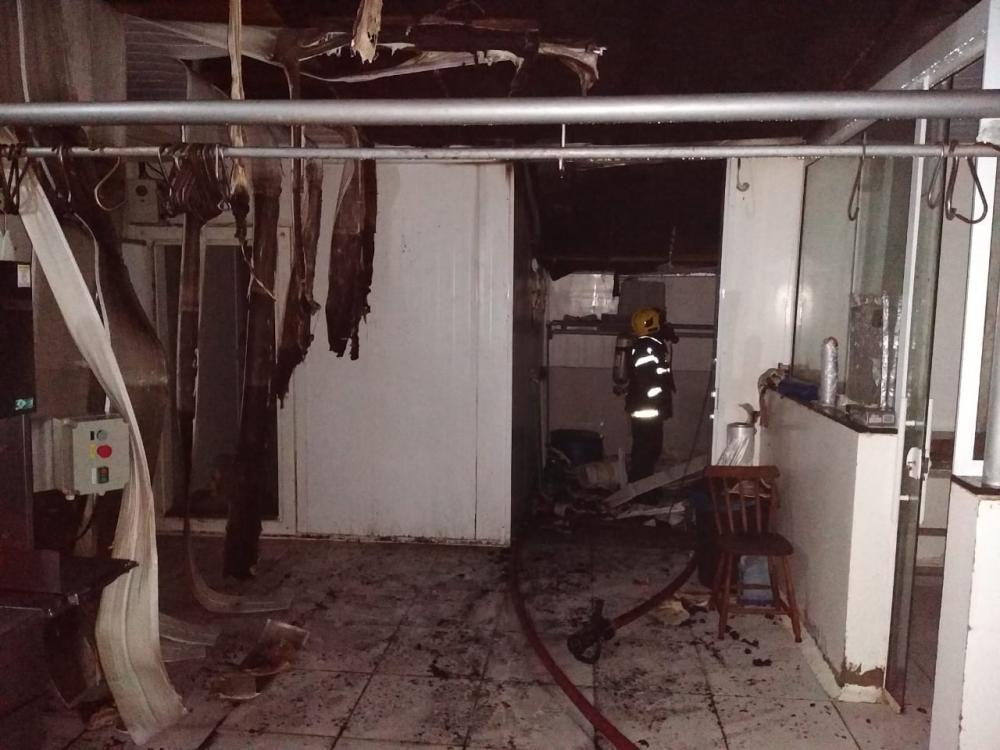 Residência e açougue são parcialmente destruídos por incêndio em Itapiranga