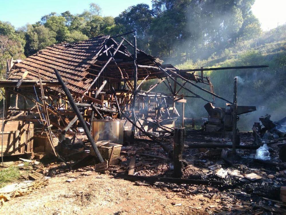 Sala de ordenha e depósito são destruídos por incêndio no interior de Saudades