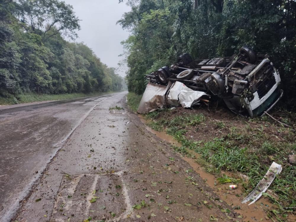 Motorista ferido em tombamento de caminhão na BR-158 em Cunha Porã