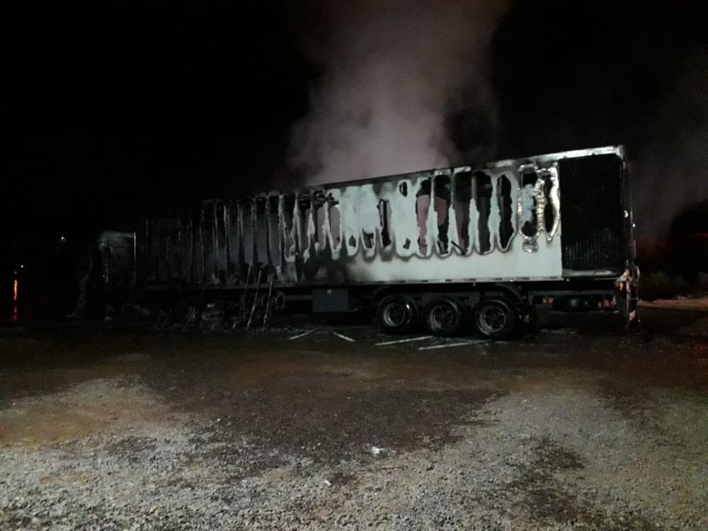 Caminhões são destruídos por incêndio em pátio de oficina em Itapiranga
