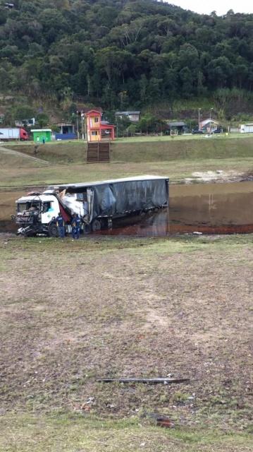 Carreta sai de pista e cai no Rio Uruguai no Oeste