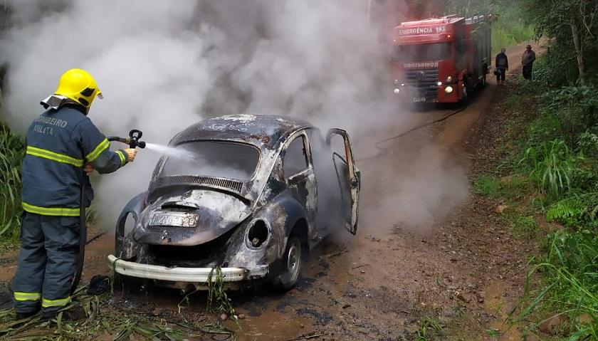 Fusca é destruído pelo fogo no interior de Itapiranga