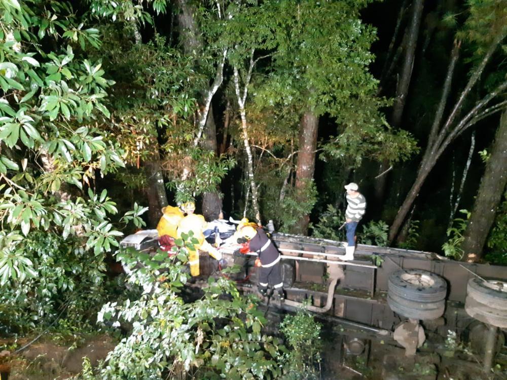 Caminhoneiro ferido em tombamento na BR-282 em Maravilha
