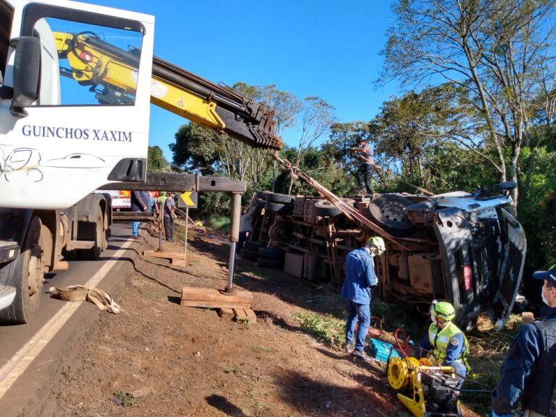 Caminhão tomba e deixa motorista com ferimentos graves em Xaxim