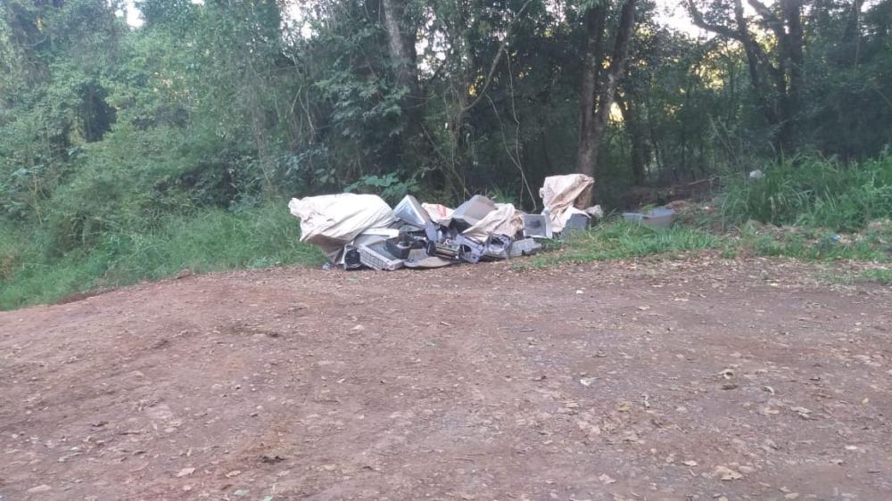 Lixo eletrônico é descartado em estrada rural de Descanso