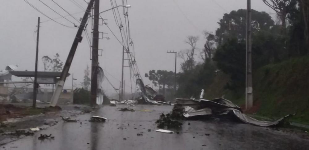 Chuva e vento forte provocam estragos em Chapecó