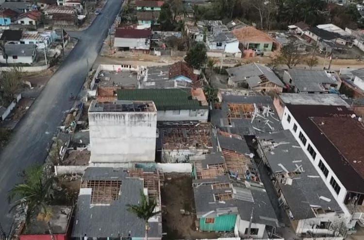 Homem morre ao cair enquanto consertava telhado de casa em Garuva, no Norte de SC