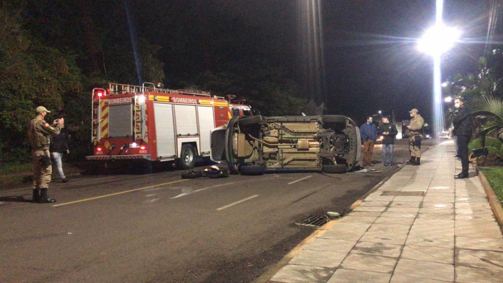 VÍDEO: Veículo tomba após colisão no Centro de São Miguel do Oeste