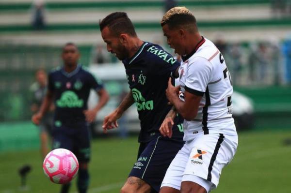 Chapecoense perde para o Vitória e volta à zona de rebaixamento