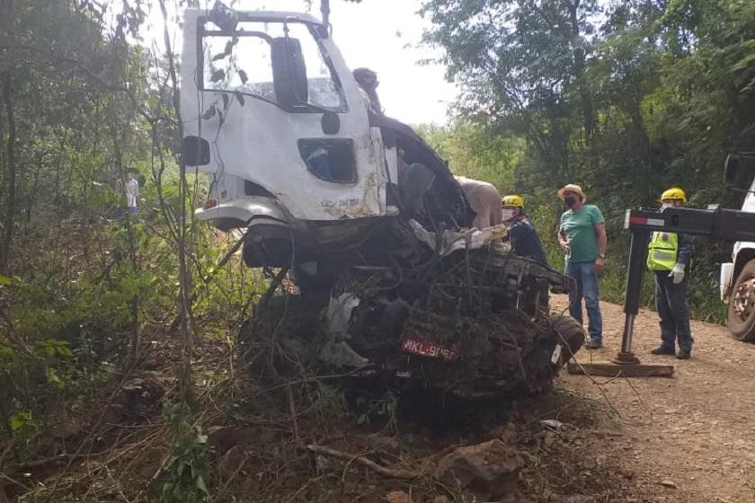Motorista morre após caminhão de leite cair em ribanceira no interior de Santa Terezinha do Progresso