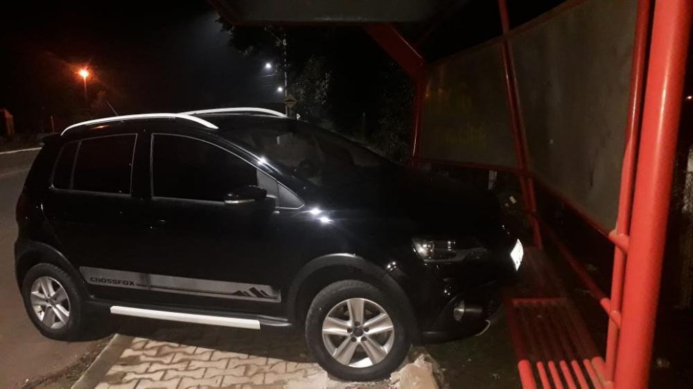 Motorista abandona veículo após colidir em ponto de ônibus em São Miguel do Oeste