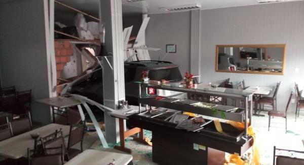Veículo invade churrascaria no Centro de Dionísio Cerqueira
