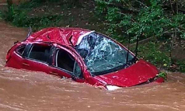 Veículo cai de ponte no interior de Maravilha