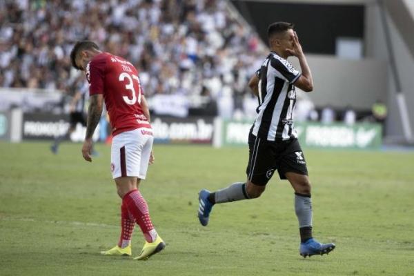 Inter perde para o Botafogo, cai uma posição e vê distância para o líder aumentar
