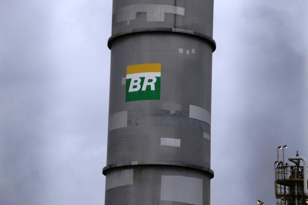 Petrobras anuncia nova redução no preço da gasolina; queda no mês chega a 19%