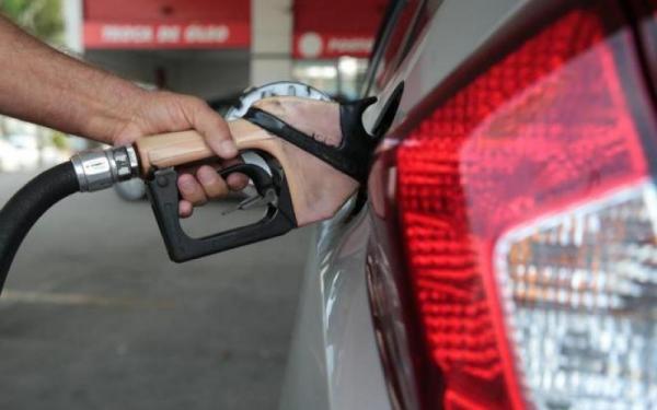 ANP quer saber por que distribuidoras não repassaram ao consumidor queda no preço da gasolina