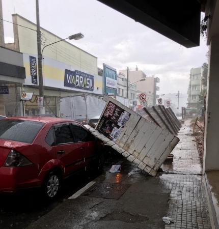 Tempestade causa destelhamentos e falta de energia em Lages
