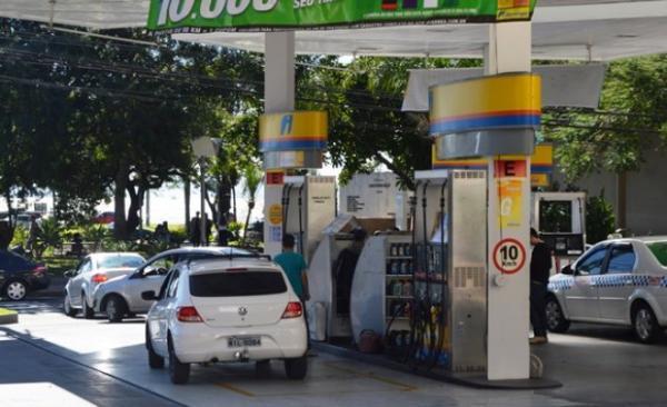 Preço da gasolina cai e chega a R$ 3,75 o litro em Florianópolis