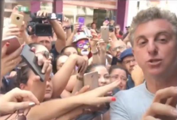 Luciano Huck vem a Santa Catarina e entrega R$ 1 milhão para moradora de Araranguá