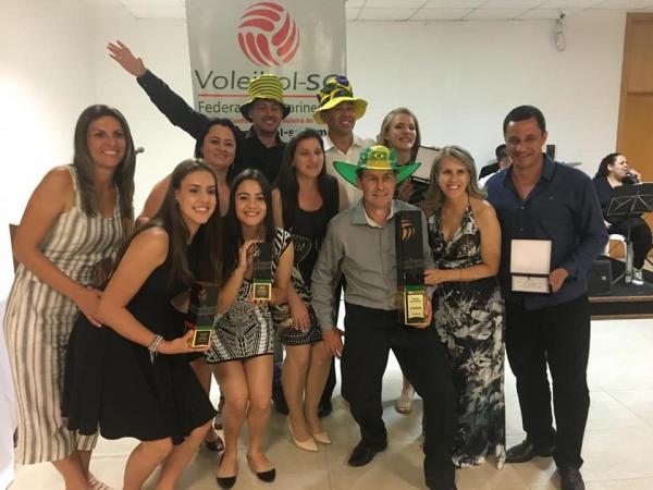 Atletas e Técnico de Guaraciaba recebem premiação da Federação Catarinense de Voleibol