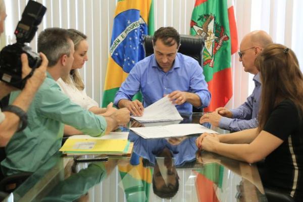 Governador Moisés assina nomeação de 911 professores efetivos para a rede estadual