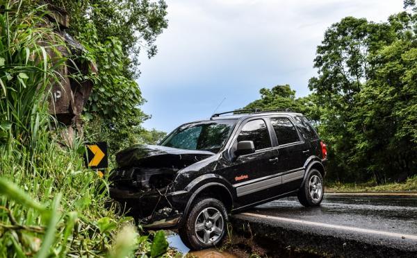Carro sai de pista e colide em paredão de pedras na BR-282 em São Miguel do Oeste