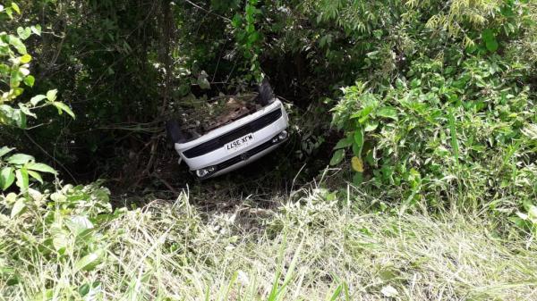 Carro cai em ribanceira após colisão na SC-163 em Itapiranga