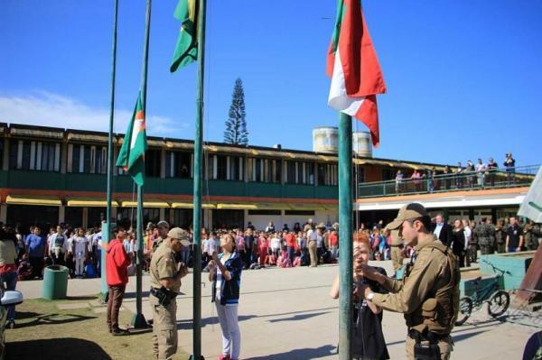 Alunos de escolas públicas de SC vão cantar hinos e hastear bandeiras na entrada da aula