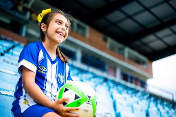 Menina de 9 anos é a primeira a jogar futebol na base de time da Série A do Brasil