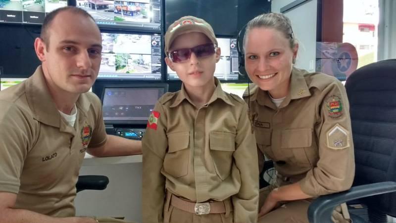 Menino que sonha em ser policial visita o 11º BPM/Fron em São Miguel do Oeste