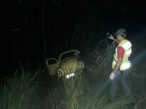 Homem sofre acidente e abandona o carro a e a filha adolescente na SC-305