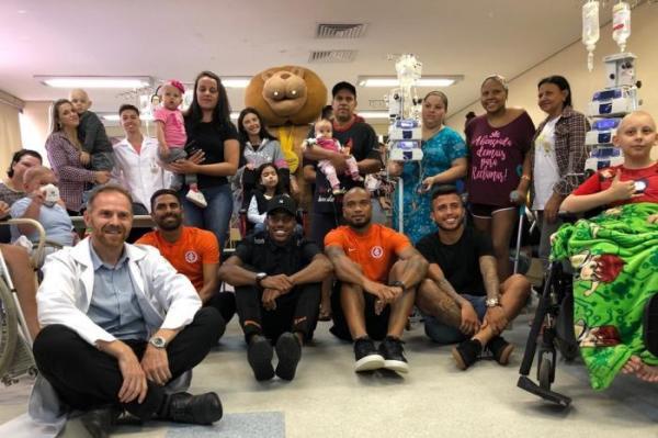 Jogadores de Grêmio e Inter visitam crianças com câncer em hospital de Porto Alegre