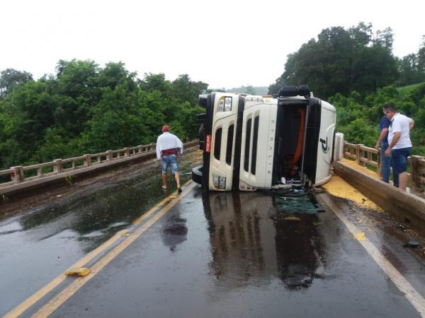 Caminhão tomba em ponte no acesso à Palmitos