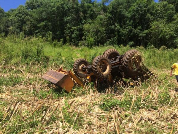 Trabalhador ferido em tombamento de máquina agrícola