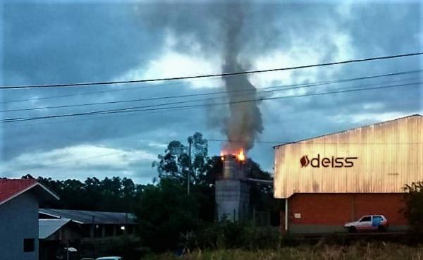 Indústria moveleira tem depósito atingido por incêndio em Mondaí
