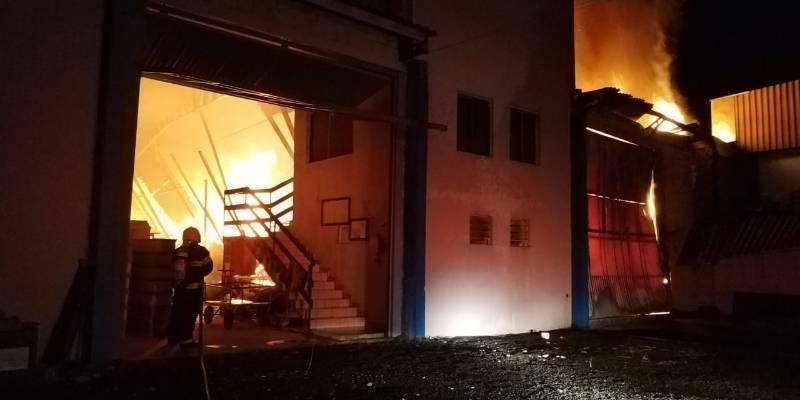 Incêndio atinge fábrica de caixões em Cunha Porã