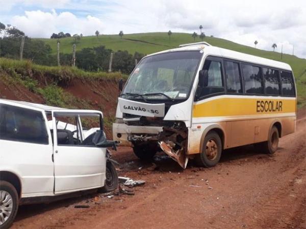 Motorista morre em colisão frontal entre carro e micro-ônibus no interior