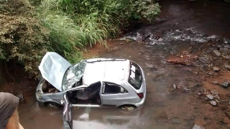 Carro cai de ponte no interior de Guaraciaba