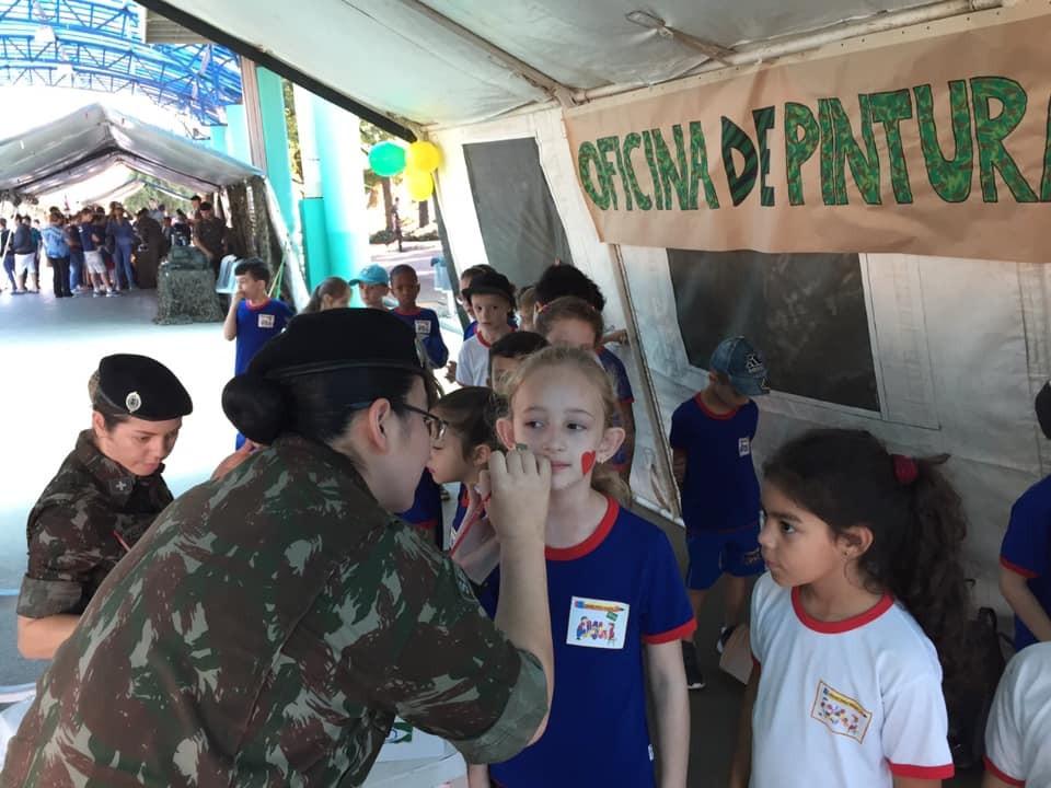 Exército expõe materiais, presta serviços e realiza brincadeiras na Praça de São Miguel do Oeste
