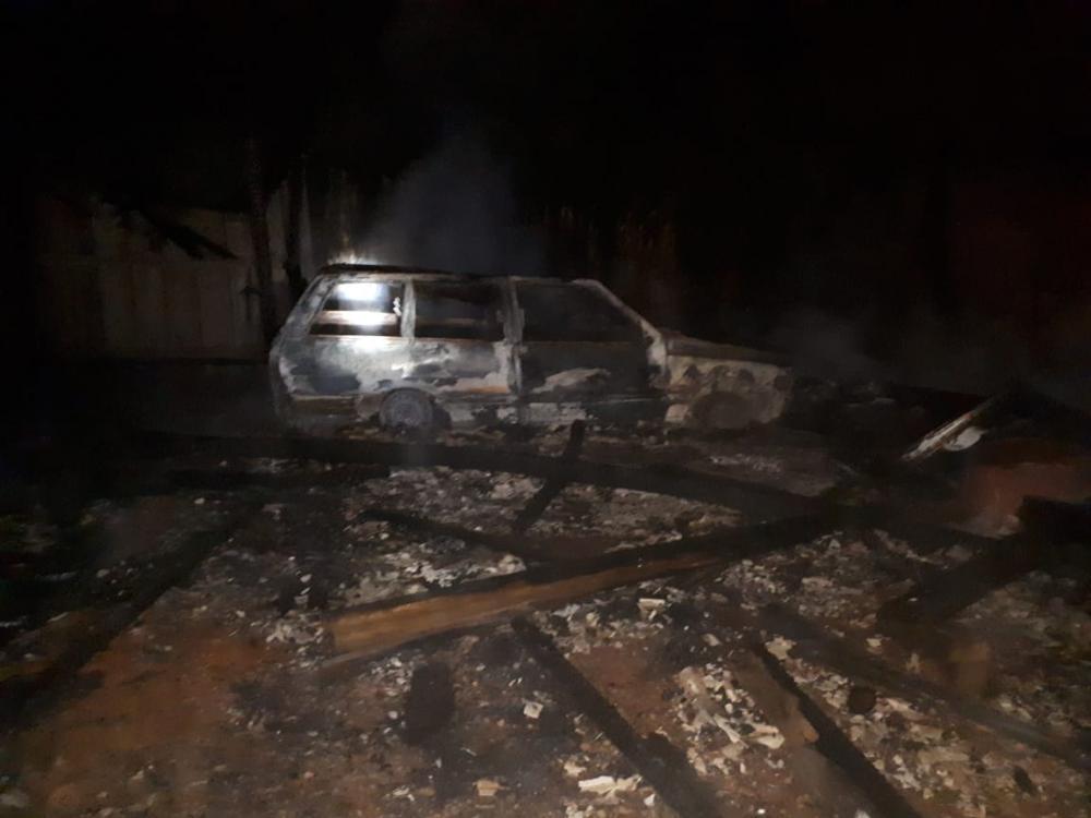 Veículo e galpão destruídos por incêndio no Centro de Santa Helena