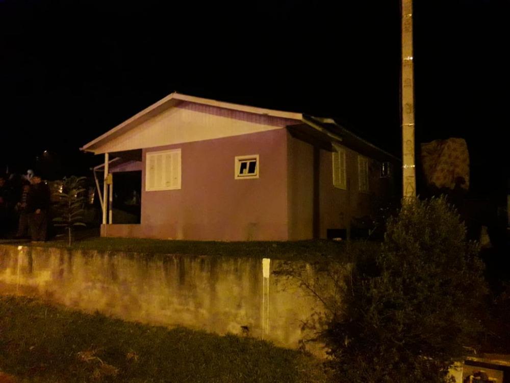 Morador é retirado de residência em chamas em São Miguel da Boa Vista