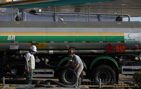 Preço da gasolina ultrapassa marca de R$ 2 para refinarias
