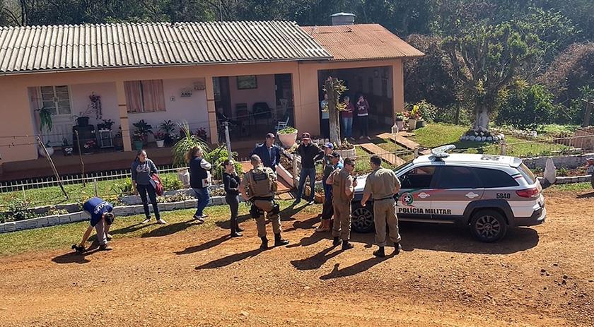 Criminosos invadem residência, rendem moradores e fogem com veículo da família